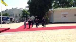 Лукашенко идет с Колей в Софийский собор в Киеве и что-то кричит людям(, 2014-06-07T15:04:54.000Z)