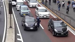 【超スッキリ!】こんなに身勝手な走行をする違反車に警察官から停止命令で検挙の瞬間!