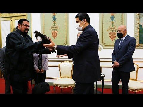 فيديو | الممثل الأمريكي ستيفن سيغال يُهدي نيكولاس مادورو سيف ساموراي…  - 15:58-2021 / 5 / 5