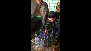 Мужик играет Марусю на бутылках