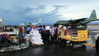 Филиппины: помощь доходит с трудом(Гуманитарные грузы в пострадавшие от тайфуна
