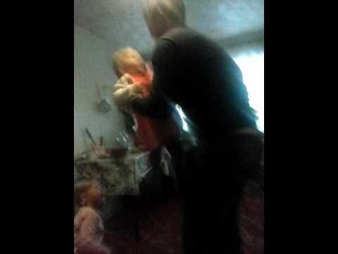 Пьяный дядя дрочит на племянницу и уламывает ее на секс