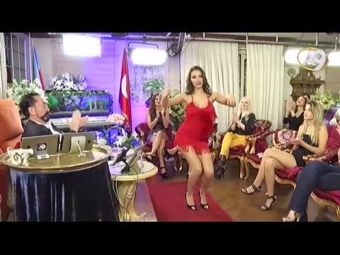 Adnan Oktar'ın önünde dans eden kedicik