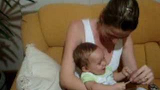 Bebê rindo do papel rasgado