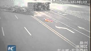CCTV: Sanitation worker narrowly escapes being run over by dump truck