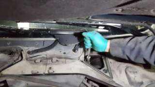 BMW 5-series E60 E61:  Where do I find the brake fluid reservoir?