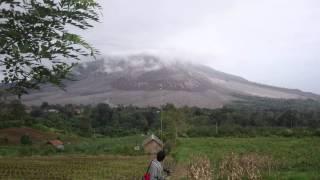 Sang Saka Merah Putih di tengah badai Sinabung.