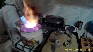 Варка алюминевой каши в чайнике  для рыболовных   форм  на газовой плите.