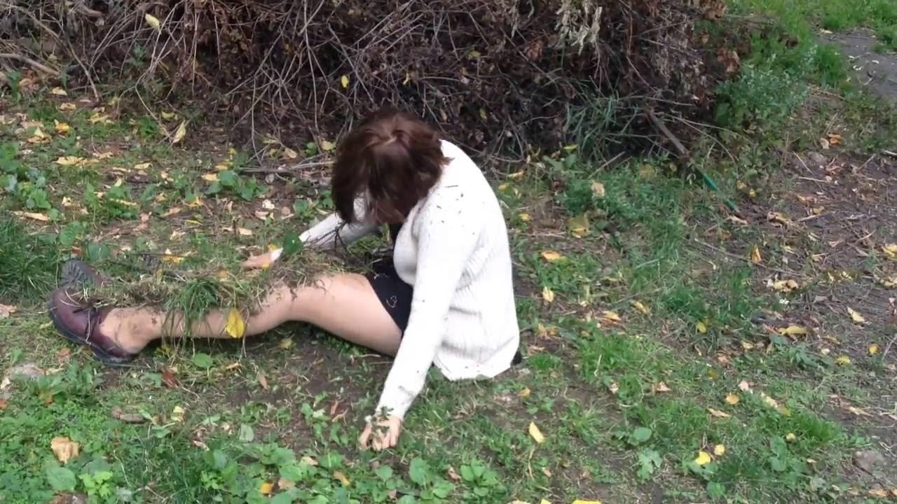 Лежала шмара в кустах