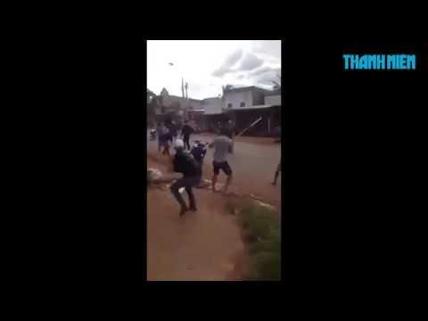 Cận cảnh hai nhóm thanh niên mang dao rựa chém nhau giữa đường