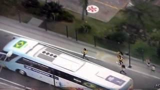 Saída do ônibus da seleção brasileira - Mulher caindo kkk