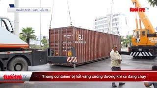 Thùng container bị hất văng xuống đường khi xe đang chạy   Truyền Hình - Báo Tuổi Trẻ