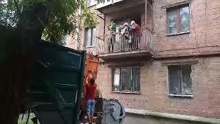 12 причепів сміття вивезли з квартири чернівецької багатоповерхівки