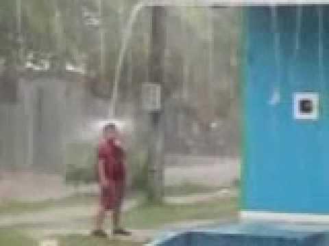 Ni o que no tiene ducha en su casa ba andose con la lluvia for Ducha lluvia