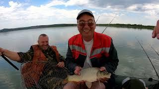 Рыбалка Ловля карпа карася на две разные снасти КАРПФИШИНГ CarpFishing ПОПАЛИ В НЕ ПОГОДУ ШТОРМ