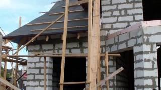 Отчет со стройки в Киссолово (август 2015)(Краткий видео отчет со строительства дома в Энколово (август 2015) Строительство домов из газобетона, кирпич..., 2015-08-12T16:44:24.000Z)