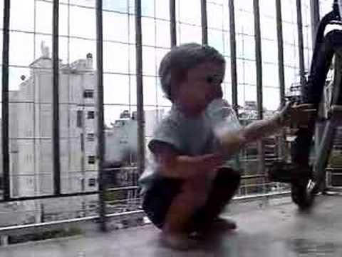 El niño Joaquín Rea agrede a su madre paparazzi