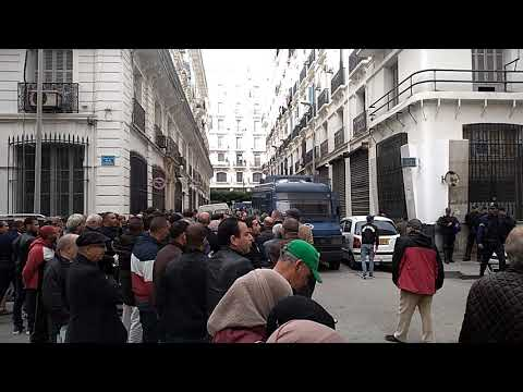 حضور جمع غفير من المواطنين في انتظار محاكمة العصابة