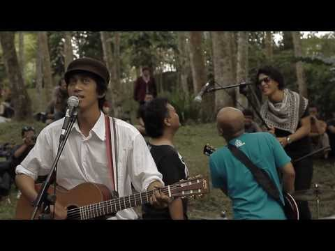 [LIVE] Fireflies - Risky Summerbee and The Honeythief - [Sleman - In The Woods 2011]