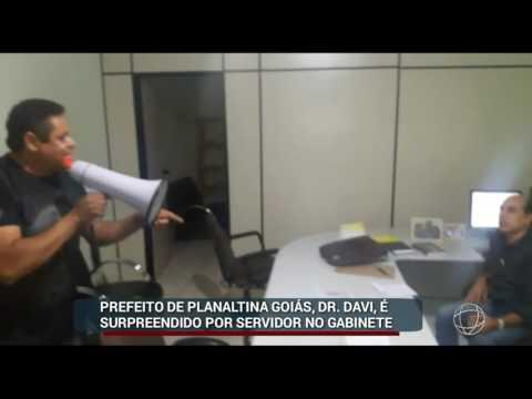 RP▶ Prefeito de Planaltina-GO é surpreendido por servidor municipal dentro do gabinete com megafone.