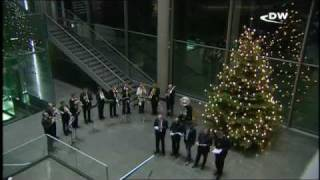 Депутаты бундестага поют рождественские песни