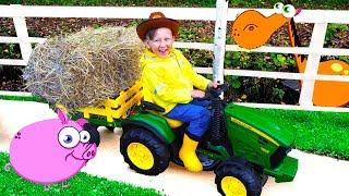سينيا يركب جرارًا ويغذي الحيوانات على المزرعة