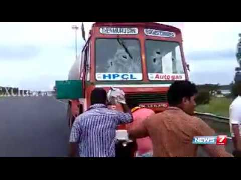 Kannada people attack tamilnadu lorry driver
