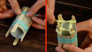アイスの棒を4本トイレットペーパーの芯にくっつけて。これは必須アイテム!