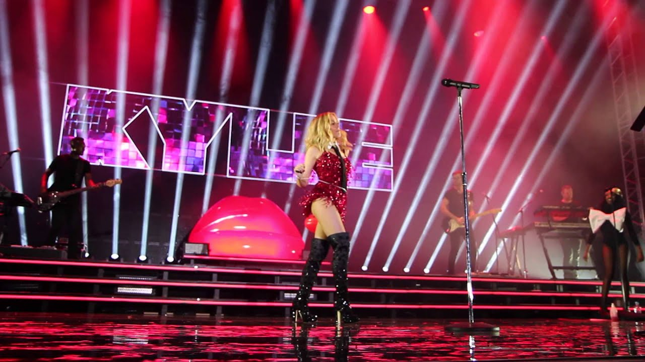 Kylie Minogue Covers Nena's '99 Red Balloons' At Germany's