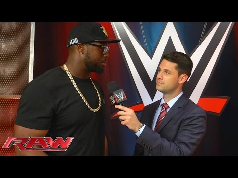 Gerald McCoy (Tampa Bay Buccaneers) backstage bei Raw: WWE.com Exclusive – 31. August 2015