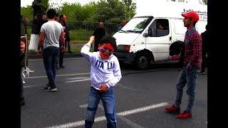Քայլ արա, մերժի՛ր Սերժին. Իսակովի պողոտայում ընթացող երթին երեխան պայքար է տանում
