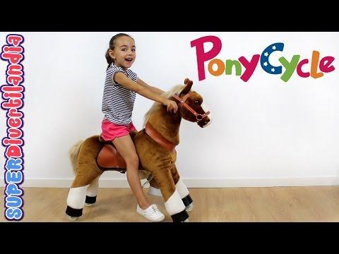 Andrea y su Poni de PonyCycle! Caballo de juguete con ruedas. Pony!