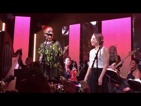 Shirley Manson invites Fiona Apple on stage at GIRL SCHOOL 2018