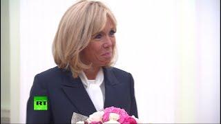Пионы и розы для первой леди Франции: Путин подарил букет Брижит Макрон