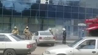 Возле торгового дома в центре Караганды загорелось авто