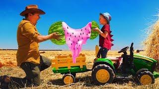 Лёва весело играет на ферме с папой, ездит на тракторе и кормит верблюда арбузами