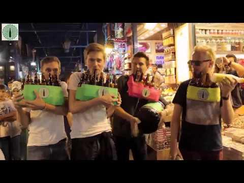 """Mısır Çarşısında Şişelerle """"Şımarık"""" Şarkısını Çalan Turistler [HD]"""