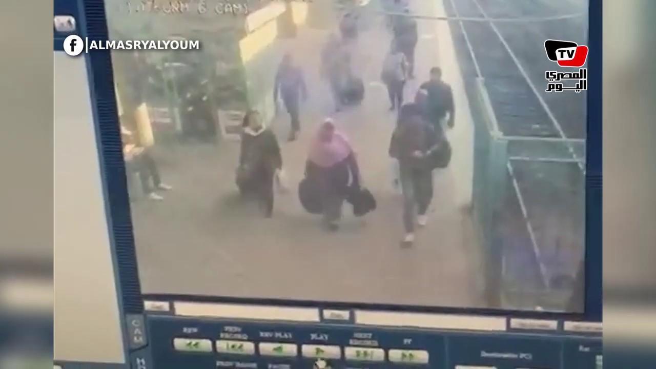 لحظة اصطدام القطار داخل محطة مصر