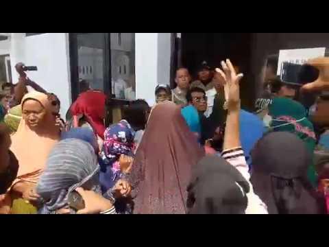 Aksi Ibu-ibu di Dompu Hendak Merangsek ke Ruangan Bupati