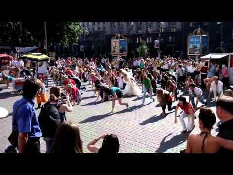 Киев танцует флешмоб на Крещатике