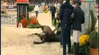Repeat youtube video Muerte del mejor caballo del mundo durante una competición