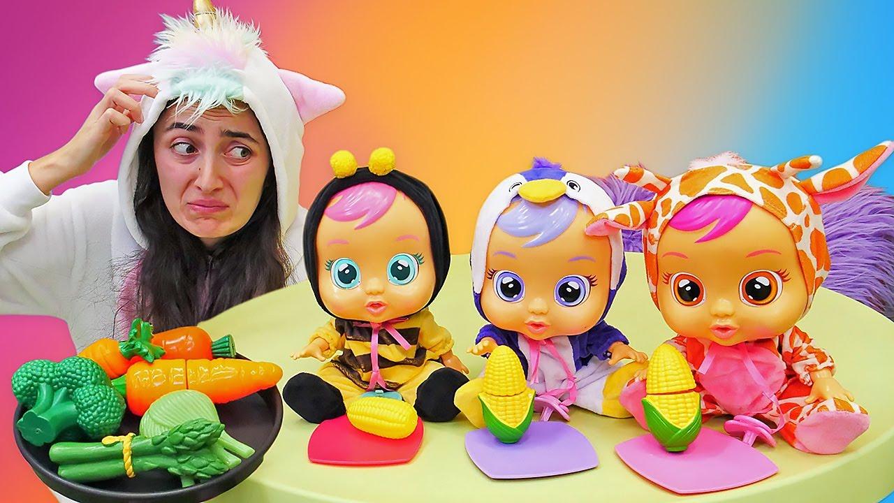 Cry Babies haşlamış mısır yiyor! Oyuncak bebek ile çocuklar için eğitici video