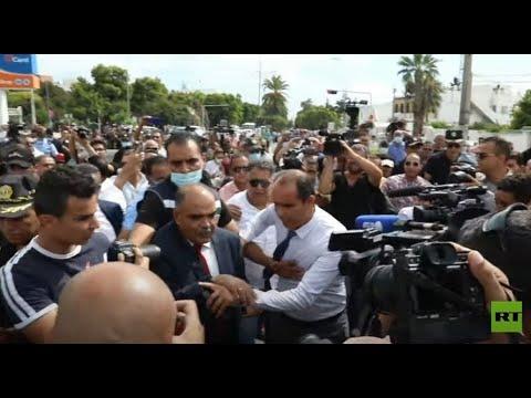 شاهد.. طرد أحد النواب التونسيين من أمام البرلمان وسط هتافات من المتظاهرين  - 21:54-2021 / 10 / 2