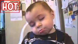 em bé vừa ngủ gật, vừa ăn chuối cực hài hước - YouTube.FLV