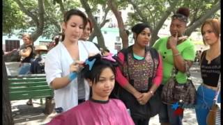 Alumnos de Casa Balear cortan cabellos por el sueño de un negocio propio