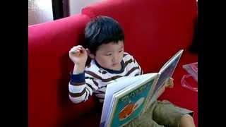 3歳8ヶ月。くもんの国語学習によって、スラスラと1人で本が読めるように...