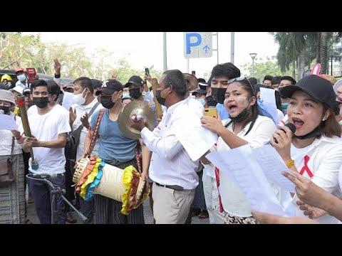 شاهد: مئات المحتجين المناهضين للانقلاب يتظاهرون مجددا بالعزف والغناء في ميانمار…  - 19:59-2021 / 2 / 26