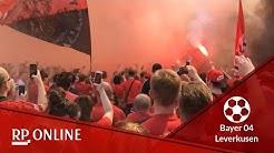 Bayer-04-Fans empfangen Mannschaft vor dem Derby