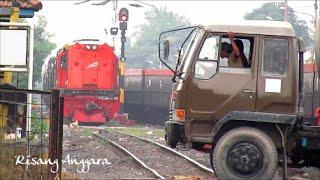 [double headed] Duos Lokomotif Merah Kereta Api Angkutan BBM belang KKBW
