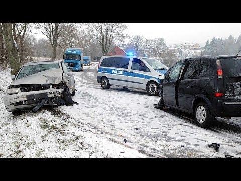 Waldeck-Freienhagen: Zwei Schwerverletzte bei Zusammenstoß auf glatter Bundesstraße 251
